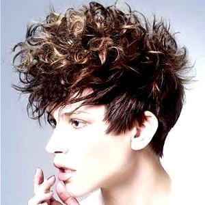 Огляд коротких стріжок для кучерявого волосся
