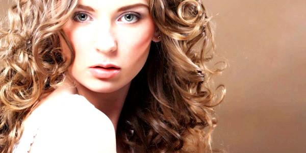 Укладання волосся великими локонами с помощью хімічної завивки.